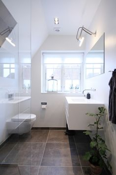 Billedresultat for små badeværelse inspiration - Kort Har Bathroom Inspiration, Home Decor Inspiration, Modern Bathroom, Small Bathroom, Bathrooms, Bathroom Interior Design, Living Room Interior, Sweet Home Design, Laundry In Bathroom