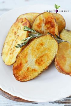 Oven Roasted Large Melting Potatoes Oven roasted rosemary potatoes made with whole russet potatoes Russet Potato Recipes, Healthy Potato Recipes, Roasted Potato Recipes, Oven Roasted Potatoes, Russet Potatoes, Hasselback Potatoes, Fried Potatoes, Potato Sides