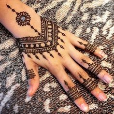 Mehndi design makes hand beautiful and fabulous. Here, you will see awesome and Simple Mehndi Designs For Hands. Pretty Henna Designs, Latest Mehndi Designs, Simple Mehndi Designs, Henna Tattoo Hand, Henna Body Art, Henna Tattoo Designs, Henna Art, Mandala Tattoo, Easy Henna Tattoos