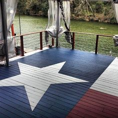 Maybe hold off on the texans flag but this deck is gorgeous. Texas deck at a lake house Porches, Diy Garden Furniture, Furniture Ideas, Outdoor Furniture, Haus Am See, Texas Flags, Texas Flag Decor, Texas Home Decor, Texas Forever