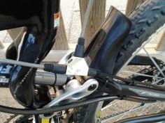 Detalle de la toma de presion desconectable en el circuito trasero de la bicicleta que proporciona presion hidraulica a la pinza del remolque