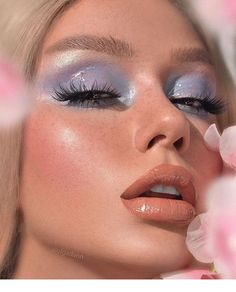 Whenever you do eye makeup, make your eyes look brighter. Your eye makeup must make your eyes stick out amongst the other functions of your face. Eye Makeup, Makeup Eye Looks, Pretty Makeup, 70s Makeup Look, 2000s Makeup, Gorgeous Makeup, Makeup Geek, Glossy Makeup, Makeup Looks Tumblr
