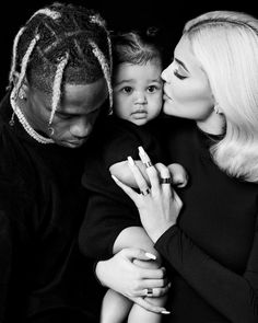 Adorable family photo of Kylie Jenner and Travis Scott posing wit., Adorable family photo of Kylie Jenner and Travis Scott posing wit. Khloe Kardashian, Kardashian Kollection, Photos Kylie Jenner, Kylie Jenner Mode, Kylie Jenner Baby, Vogue Paris, Celebrity Baby Names, Celebrity Babies, Celebrity Gossip