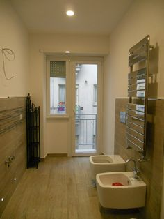 La vecchia cucina diventa bagno padronale. Ultime fasi del cantiere, controcampo con la zona lavabo e sanitari.