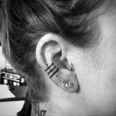 Petit tatouage feminin tatouage caché oreille femme lignes et points