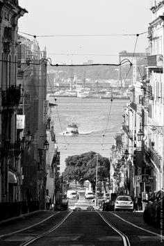 Lisboa, o Tejo, o cacilheiro, as linhas dos eléctricos, o tráfico... o quotidiano de uma cidade... através de um olhar que é meu...    ao som dos DEAD COMBO    http://www.youtube.com/watch?v=FVDjHszbdO8=related