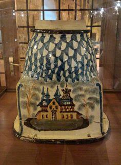 Un tempo vivevamo di bellezza e ne eravamo circondati. Questo è un comignolo in ceramica grottagliese esposto al Museo di Grottaglie. Ancora oggi nella città del tarantino, sui tetti delle case del centro storico, se ne vedono alcuni.