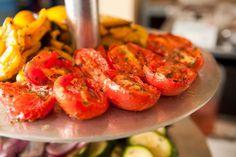 I pomodori al forno sono un contorno delizioso che potete servire con un secondo di carne o di pesce l'ideale per chi segue una dieta ipocalorica a ridotto contenuto di grassi.