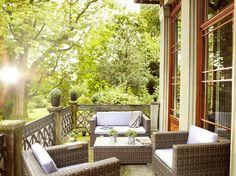 Wer etwas mehr Platz auf seinem Balkon hat, kann diesen mit dem Loungeset Sicilia in ein gemütliches Outdoor Wohnzimmer verwandeln.