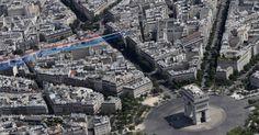 Aviões de acrobacia da esquadrilha Patrouille de France soltam fumaça com  as cores da bandeira francesa enquanto sobrevoam o Arco do Triunfo em  comemoração ao aniversário da queda da Bastilha