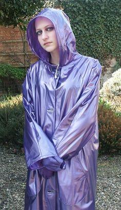 Mädel im kleidsamen violetten PVC Regenmantel