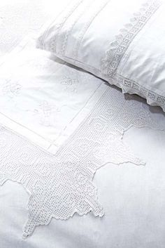 Bed linen embellished with old lace | DAILYFIX