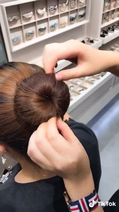 Diy fast ballet bun – Tutorial Per Capelli Classy Hairstyles, Easy Hairstyles For Long Hair, Braided Hairstyles, Hairstyle Ideas, Latest Hairstyles, Chinese Hairstyles, Hairstyles 2016, Pixie Hairstyles, Medium Hair Styles