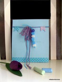 Σε γαλάζιο σακουλάκι με γλυκά πομ πομ, κορδονάκια και πουά washi tape. Τιμή: 2,00 ευρώ. Washi, Baby Boy, Handmade, Hand Made, Boy Newborn, Handarbeit