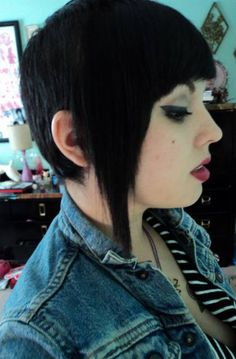 I don't usually like skinhead hair but this rocks! Skingirl con Chelsea haircut #skinhead #subculture