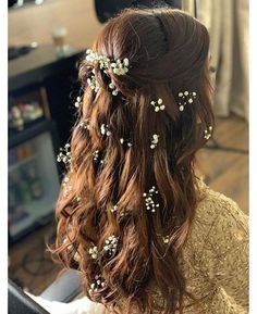 When you think of flowers in the hair for the Mehendi, it's mostly always in the form of a bun or a braid. But what if we told you the latest mehendi hairdo trend is to keep the hair open and then ado. Mehndi Hairstyles, Open Hairstyles, Indian Wedding Hairstyles, Bride Hairstyles, Hairstyle Ideas, Flower Hairstyles, Teenage Hairstyles, Hairstyle Wedding, Updo Hairstyle