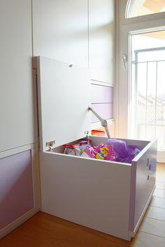 L'armadio si trasforma in un contenitore per i giochi, ma anche in uno sgabello o in una scala per arrivare ai piani più alti. Un'idea per i più piccoli!  Versione aperta.