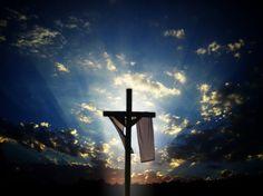 La cruz que simboliza la resurrección y la vida eterna.