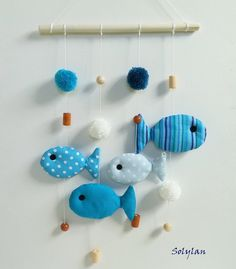 Mobile poissons bleus en tissu avec perles et pompons