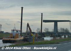 Werkschip en sleepboot van firma Klein Wieringen op Noord Hollandskanaal om oevers schoon te maken. Bij de Koegras tunnel en de spoorbrug in Den Helder