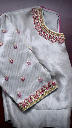 blouse When trying to choose the right plants for landscaping Chicago take a look around you. Simple Embroidery Designs, Simple Blouse Designs, Stylish Blouse Design, Pattu Saree Blouse Designs, Blouse Designs Silk, Bridal Blouse Designs, Blouse Patterns, Maggam Work Designs, Work Blouse