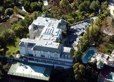 Michael Jackson (Beverly Hills) once lived in this enormous ten-bedroom house, with a tennis court and a view of the local children's park.