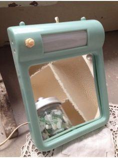 Ne pas se fier à sa tendre touche bleu-vert car il est sans pitié ! Posé ou accroché, il sera non seulement  un bel élément vintage dans la salle de bains, mais également très utile. Il est en parfait état et dans sa boite d'origine des années 50.  L. 17 cm   l. 22 cm   e. 3 cm