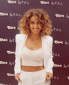 """Tal - Le """"bob"""" version boucles : on adore ! Et c'est grâce à la chanteuse française qui n'hésite pas à laisser ses cheveux au naturel qu'on l'a découvert."""