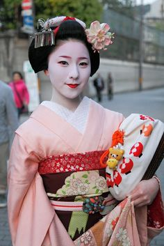 Maiko Makino wearing a wonderful kanzashi piece. I guess it's sakura for the month April.