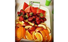 Para que as crianças consigam comer sem precisar parar de brincar, é ideal que as frutas estejam lavadas e cortadas. Foto: Pinterest/Patricia Esquivel