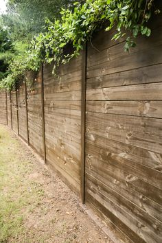 How to build a wooden fence over a chain fence - Bower strength About How to Build A Wood Fence On A Chainlink Fence - Bower Power Pin You can easily Chain Link Fence Privacy, Chain Fence, Diy Privacy Fence, Lattice Fence, Diy Fence, Backyard Fences, Wooden Fence, Fence Panels, Outdoor Landscaping