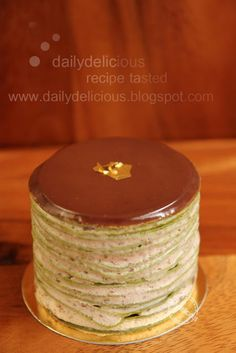 Mille crêpes au thé vert matcha : Your cute, little green tea crepe cake. But look so hard to make :( Crepes And Waffles, Pancakes, No Bake Desserts, Just Desserts, Green Tea Crepe Cake, Sweet Recipes, Cake Recipes, Tea Recipes, Yummy Recipes