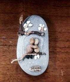DIY Pebble art (gülen) Pebble Painting, Pebble Art, Stone Painting, Diy Painting, Sea Glass Mosaic, Stone Mosaic, Stone Crafts, Rock Crafts, Beach Rock Art