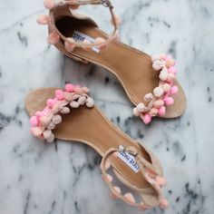 Rajouter des pompons sur des sandales pour les pimper pour l'été ! - Shoes DIY : pompoms sandals @thestrip  - Marie Claire Idées