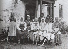A group of peasant women and children