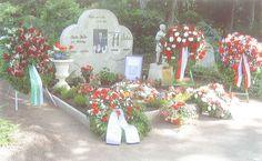 Skulptur und Grabmal des Fussball Weltmeisters Fritz Walter (Deutschland) - http://www.achillegrassi.com/de/project/tomba-e-scultura-in-memoria-del-calciatore-tedesco-fritz-walter-germania/ - Wertvolle Realisierung einer Skulptur und eines Grabmalsin Erinnerung an den Fussball-Nationalspieler Fritz-Walter Kapitän der deutschen Mannschaft, die die Weltmeisterschaft 1954 gewonnen hat. Die Skulptur desSpielers wurde aus weißem Stein von Vicenza und in einer Glasstruktur vo