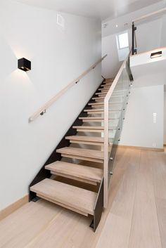 Trapp med utenpåliggende stålvange og glassrekkverk Staircase Design, Staircase Ideas, Duplex, Stairs, Minimalist, Railings, Home Decor, Image, Blue Prints