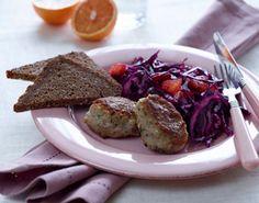 Krydderfrikadeller med rødkålsråkost God og sund hverdagsmad for hele familien fra Familie Journals Slankeklub