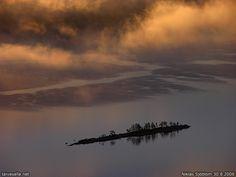 taivasalla.net - elokuu 2006, Lieksa: Aamusumu valtaa Kolin, osa 4. Sumupilvet varjostavat jo pitkulaista pikkusaarta, joka on toinen Matosiksi kutsutuista saarista Pielisen Purjeselällä. Saari näkyy myös edellisessä kuvassa