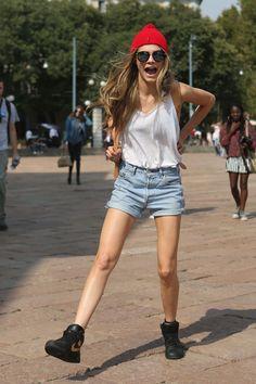 On craque pour la jeune, jolie et complètement déjantée Cara Delevingne.    http://femina.ch/blogs/muriel/le-top-a-suivre-cara-delevingne    (CP: Imaxtree)