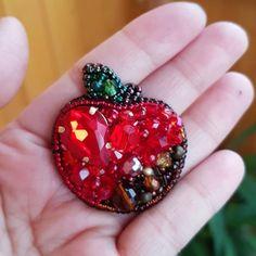 Малютка сочное яблочко #брошь #ручнаяработа #яблочко #брошьяблоко #брошьручнойработы #вышивкабисером #вышитаяброшь #бисер #apple #beading #bead #brooch #marinadyakonova #маринадьяконова