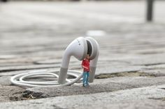 Little People – a Tiny Street Art Project – streetart Art Des Gens, Diorama, Creative Photography, Art Photography, People Photography, Photo Macro, Microscopic Photography, Miniature Photography, Tiny World