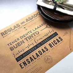 individual mantel personalizado | papel madera kraft x2000 Food Menu Design, Restaurant Tables, Restaurant Ideas, 50th Party, Paper Goods, Coffee Shop, Lettering, Placemat, Crafts