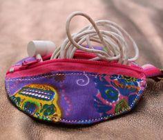 He encontrado este interesante anuncio de Etsy en https://www.etsy.com/mx/listing/564703752/earphone-holder-small-bag-mexican-design
