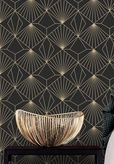 The golden Art Deco pattern on a black background feels like a fantastic light installation. Radiant luxury fills the room. This super-washable vin. Wallpaper Art Deco, Interior Wallpaper, Wallpaper Samples, Vinyl Wallpaper, Geometric Wallpaper, Computer Wallpaper, Pattern Wallpaper, Motif Art Deco, Art Deco Pattern