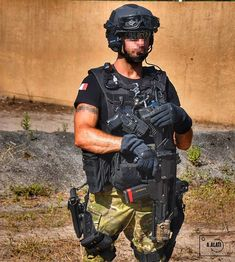 """A policeman from the french special police unit RAID eqquiped for an """"high profile"""" close protection mission.Photo copyright Alexandre Alati Protection Rapprochée, Law And Order, Nice, Configuration, Arm, The Unit, Instagram, Profile, French"""
