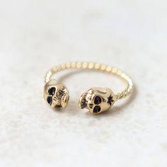Tiny Skulls ring in gold / adjustable ring par laonato sur Etsy, $14,00