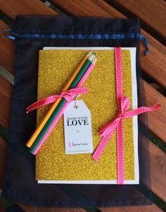 Livros de pintura para adultos. Qual a cor preferida da tua Mãe? O saco da pintura da Mãe, ganha uma nova definição. Cada saco contém: 13 Mandalas para pintar e um pequeno desafio. 4 lápis coloridos. Enviamos pelo correio. #mandalas #pintura #emotionalcoaching #diadamãe #livrosdepinturaparaadultos
