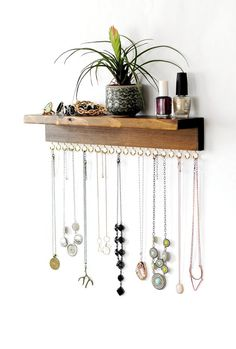 Schmuckorganisator Mit Regal, Halskettenhalter, Armband und Ohrringhalter - Diy Jewelry Idea Jewelry organizer With shelf, necklace holder, bracelet and earring holder Diy Earring Holder, Diy Jewelry Holder, Diy Necklace Holder, Necklace Hanger, Jewelry Hanger, Jewelry Stand, Necklace Storage, Bracelet Holders, Earring Storage