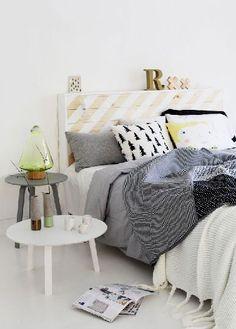 Tête de lit palette peinte en blanc